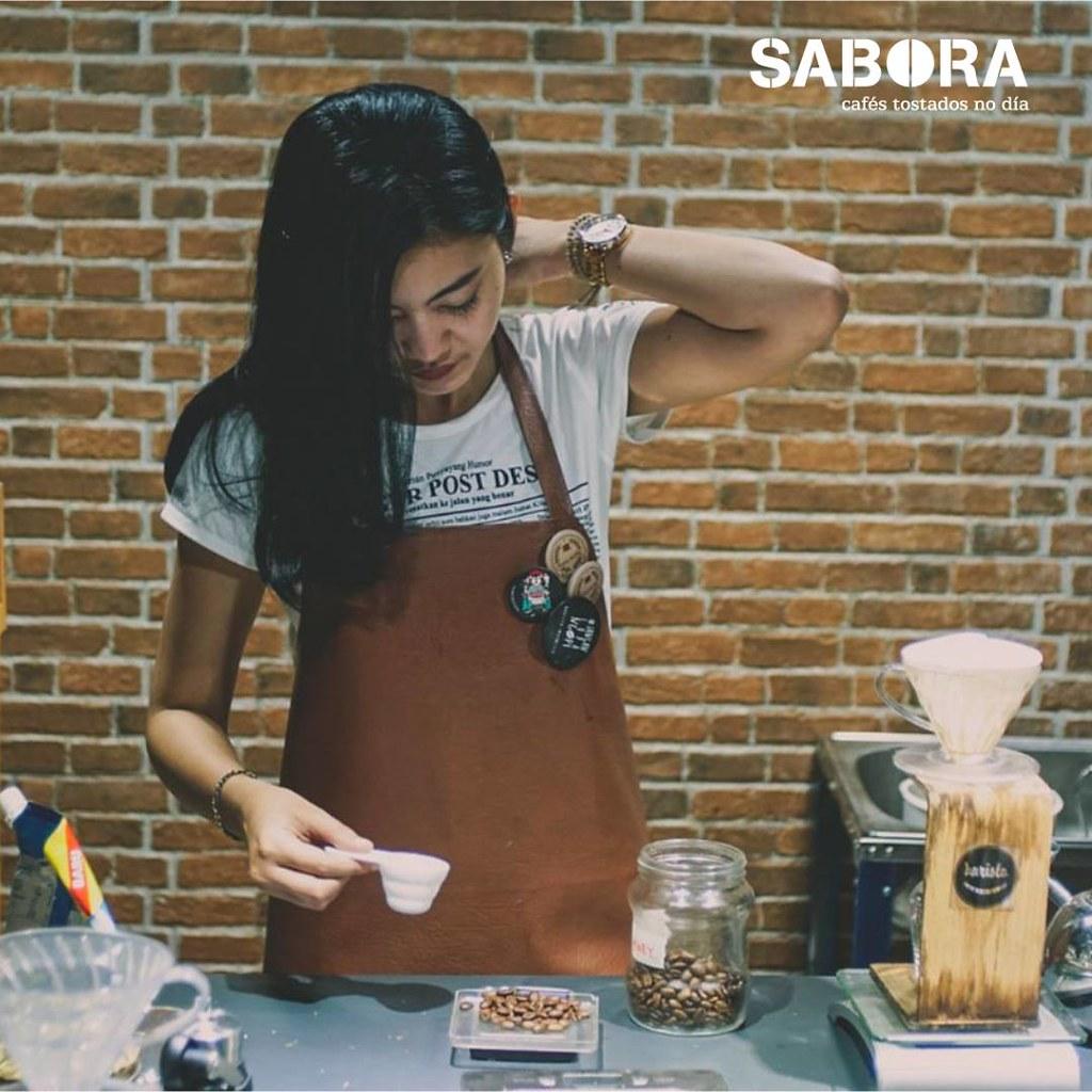 Barista haciendo cafés especiales