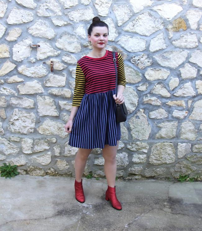 Look robe à rayures multicolore et bottines rouges à paillettes