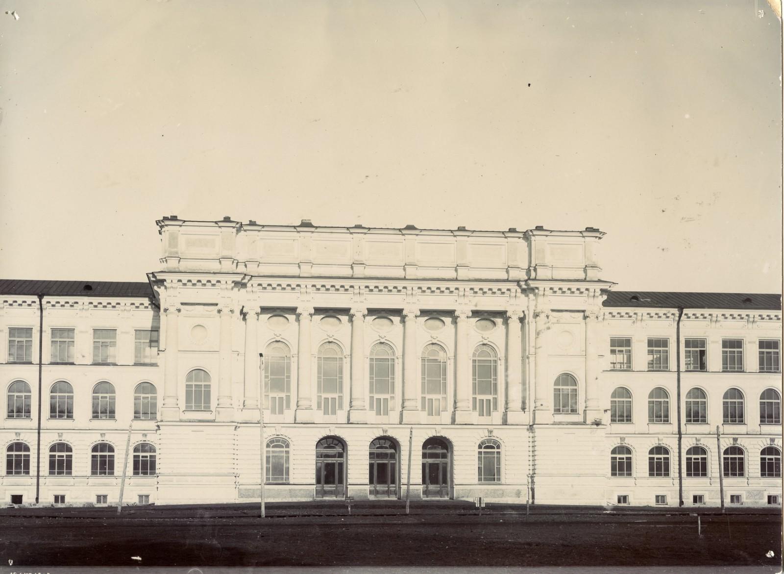 19. Центральный фасад главного здания