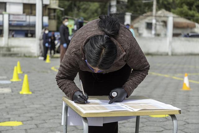 Escuela Bogotá - Entrega de raciones alimenticias