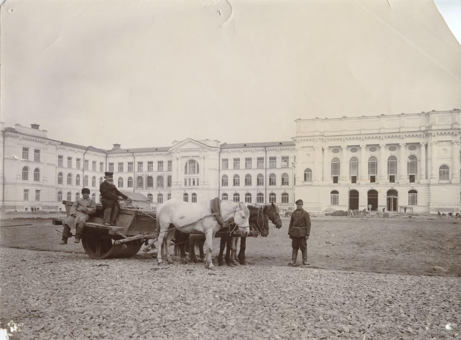 01. 1902. Утрамбовка площади перед главным зданием.