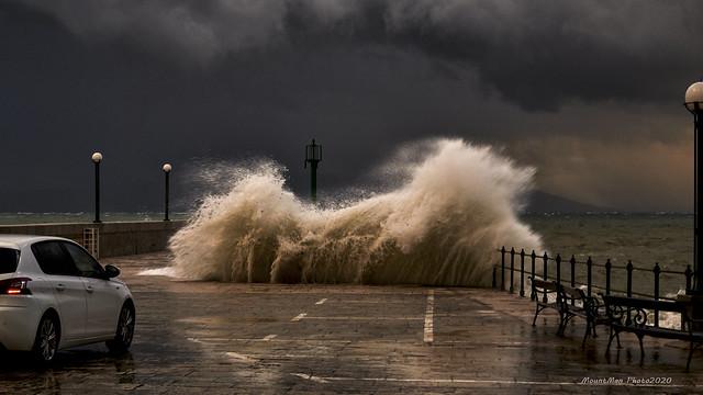 Razbijanje valova o obalu u Lovranu 21. 12. 2019. (2)
