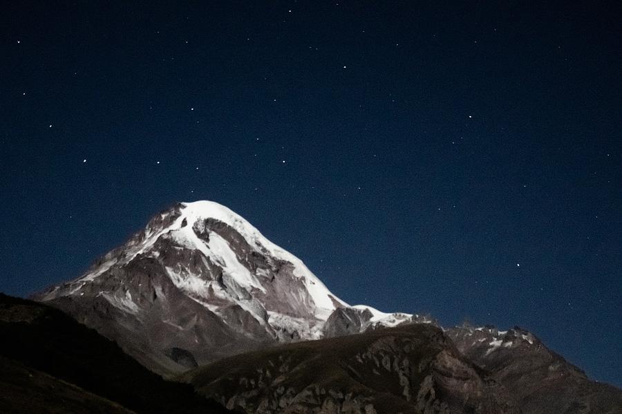 Казбек ночью в свете луны. Позади большая медведица