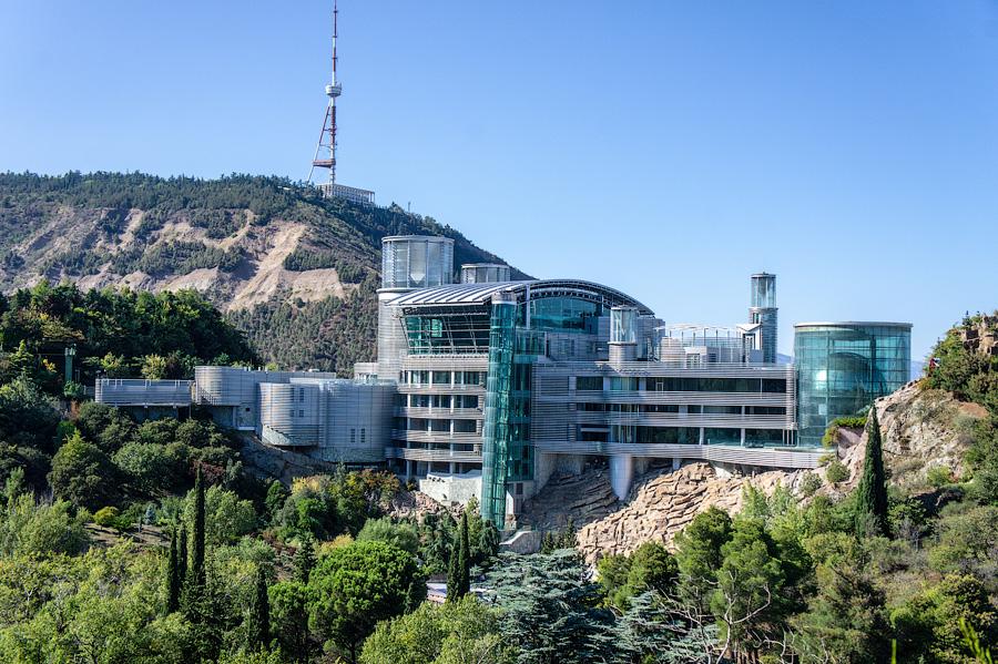 Тбилисская резиденция Бидзины Иванишвили на горе Табори - футуристический бизнес-центр и жилой дом