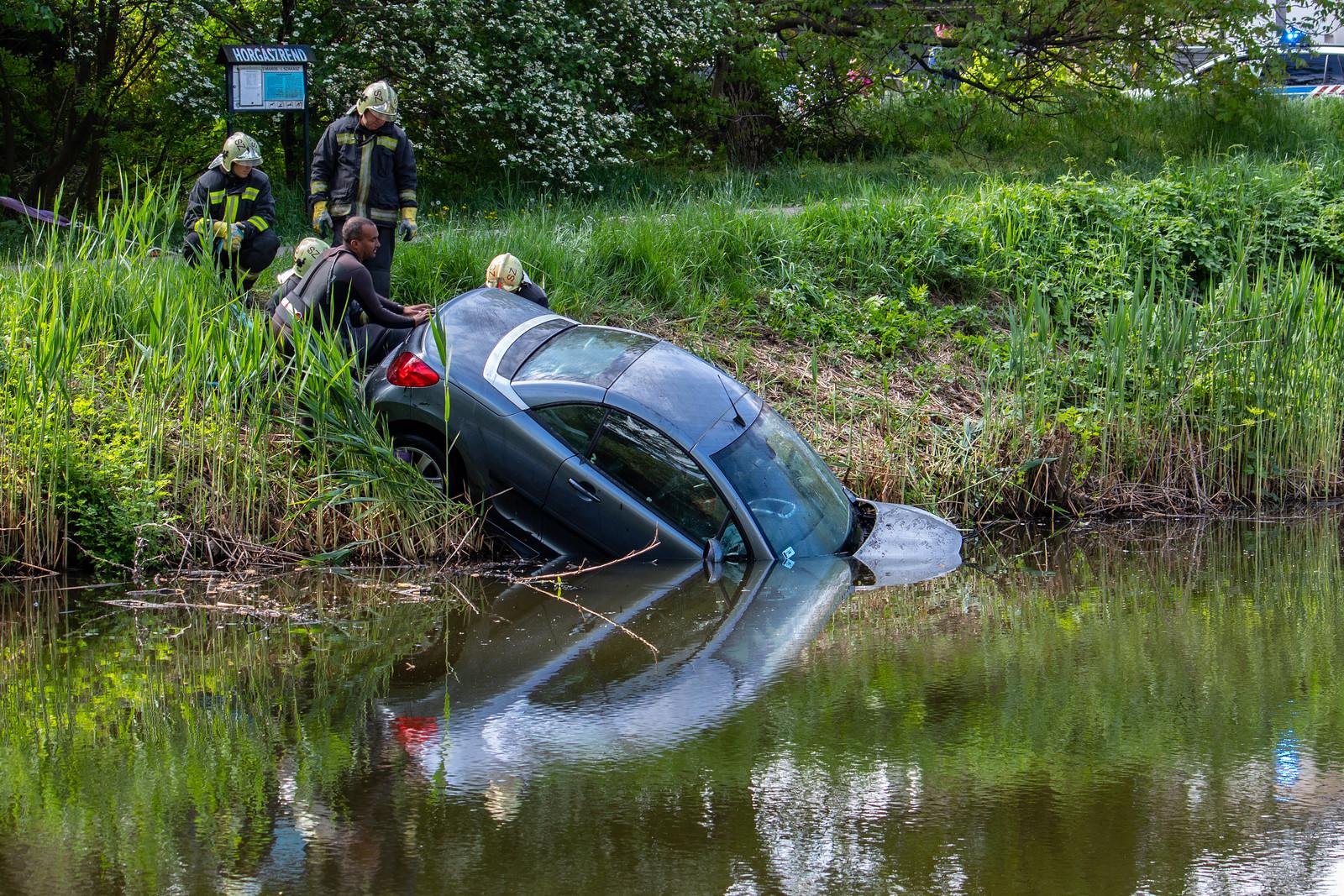 Kihúzták a vízbe csapódott autót a Holt-Marosból
