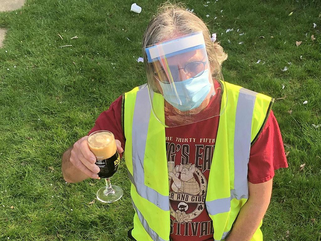 Британец делает из пивных кегов маски для защиты от коронавируса