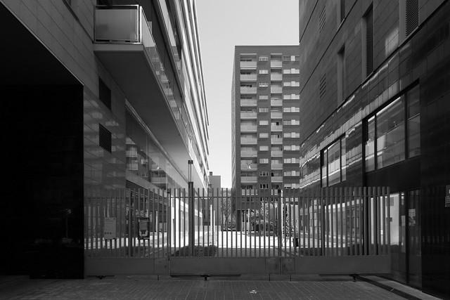 22) Confinament: Aquest espai interior té un jardí infantil i bancs per qui vulgui prendre el sol, però l'Ajuntament l'ha tancar a causa del Confinament o del Cobid-19. (A explore Nº 200 el 2.5.2020)