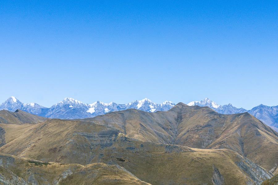 Перевал. Горные пики Кавказа, где-то там граница с Чечней