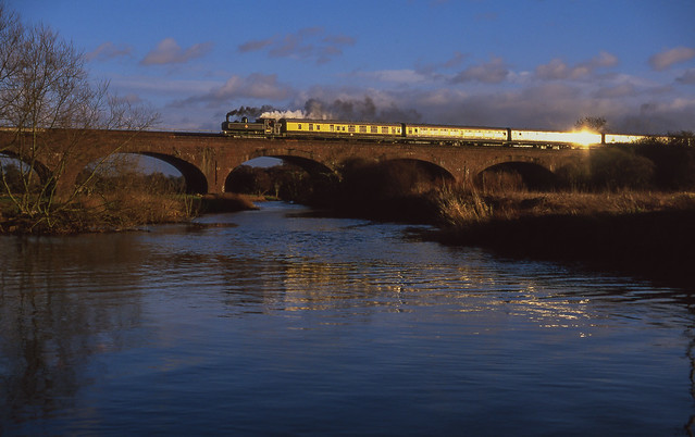 9600 At Old Milverton Viaduct. 28/12/2003.