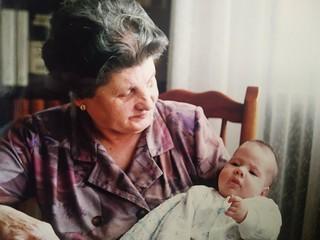 Eulalia Barrera con uno de sus nietos