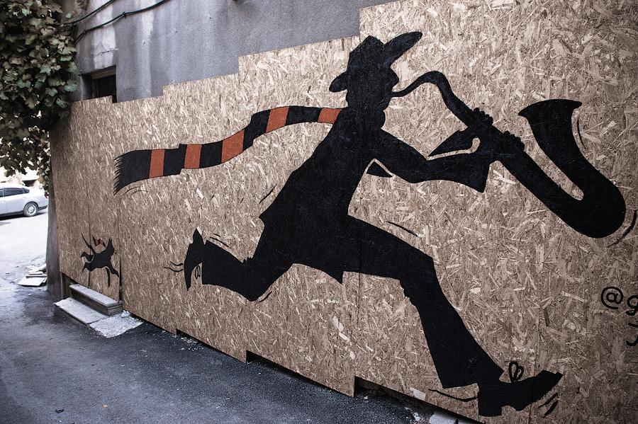 На стене с художественной галереей. Улочки старого Тбилиси