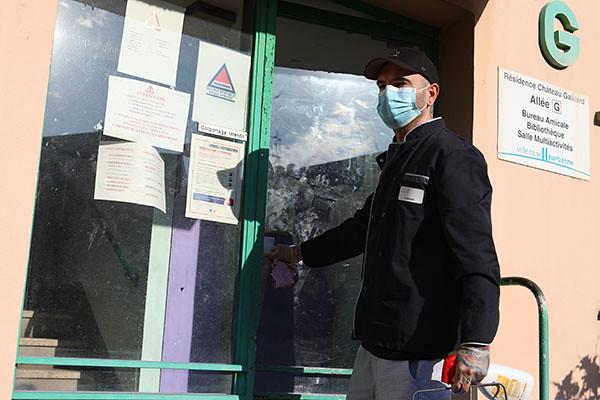 Cédric, 41 ans, agent de service à la résidence séniors Château-Gaillard depuis le 20 mars