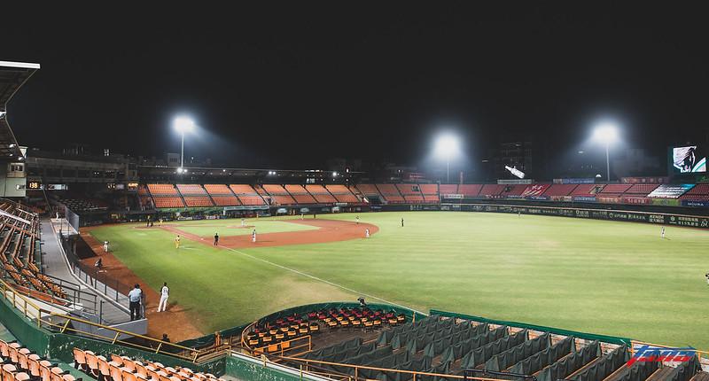 去年4月底,統一獅與中信兄弟在未開放觀眾的台南球場進行比賽,下周若復賽,也將不開放。(資料照。特約攝影侯禕縉/現場拍攝)