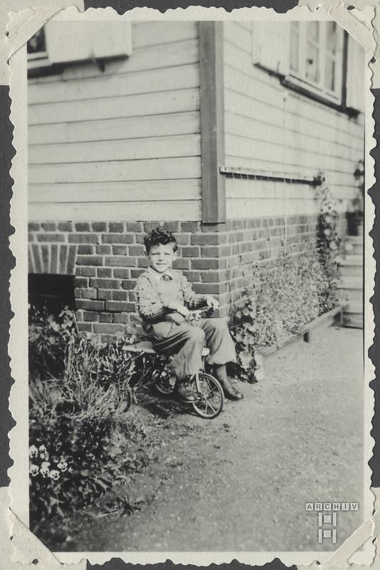 ArchivTappenW417 Junge mit Dreirad, Lichtentanne, 1953