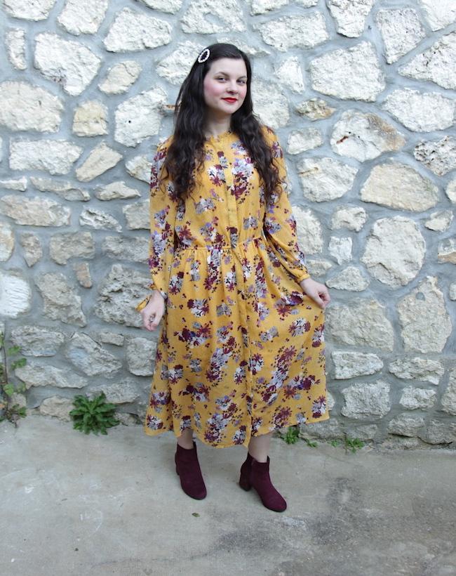 Look robe longue moutarde fleurie et bottines bordeaux