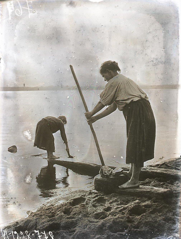 Девушка за полосканием белья в корыте «хумбар» Карелы