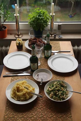 Frikadellen, Kartoffelstampf und Gemüse in Béchamelsauce (Tischbild)