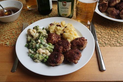 Frikadellen, Kartoffelstampf und Gemüse in Béchamelsauce (mein Teller)