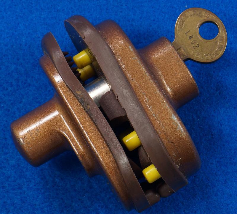 RD24661 Vintage Master Lock MADE IN USA! L402 Gun Lock, Trigger Lock DSC03312