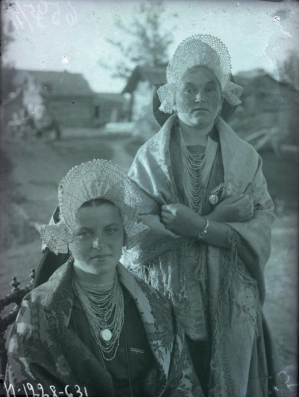 19-летние девушки из зажиточных семей в праздничных костюмах. Карелы