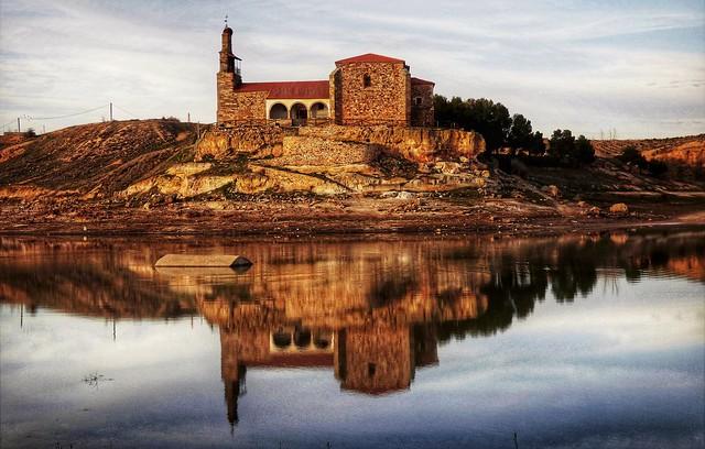 Reflejos de la ermita de la Virgen del Castillo
