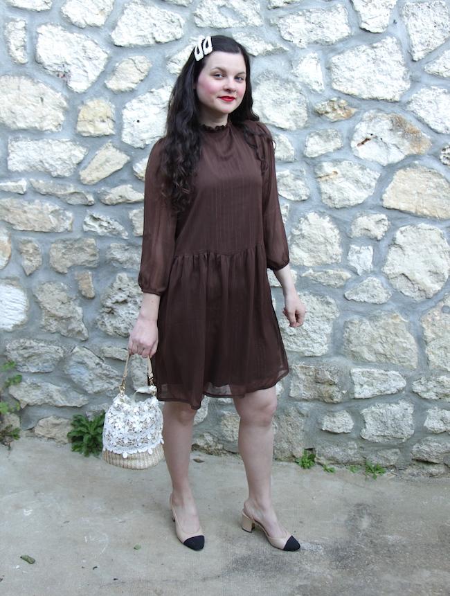 Look robe marron façon Sézane, escarpins bicolores et sac panier