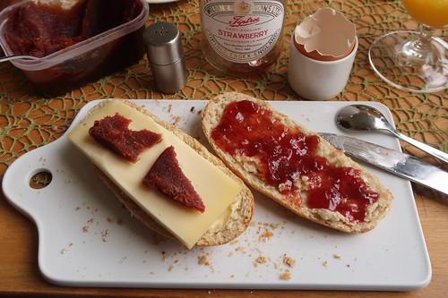 Beemster Oranje mit Pasta de Guayaba sowie Erdbeermarmelade auf aktiv.plus-Weckerl