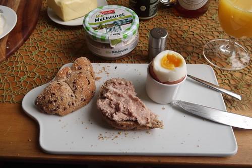 Gekochte Mettwurst auf Urkornweckerl zum Frühstücksei