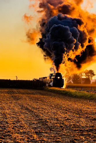 ronks pennsylvania unitedstatesofamerica dawn sun rise orange glow steam smoke locomotive engine train farm field nw cloud backlight backlit early corn harvested golden hour