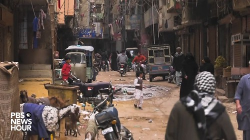 social distancing in Pakistani slum
