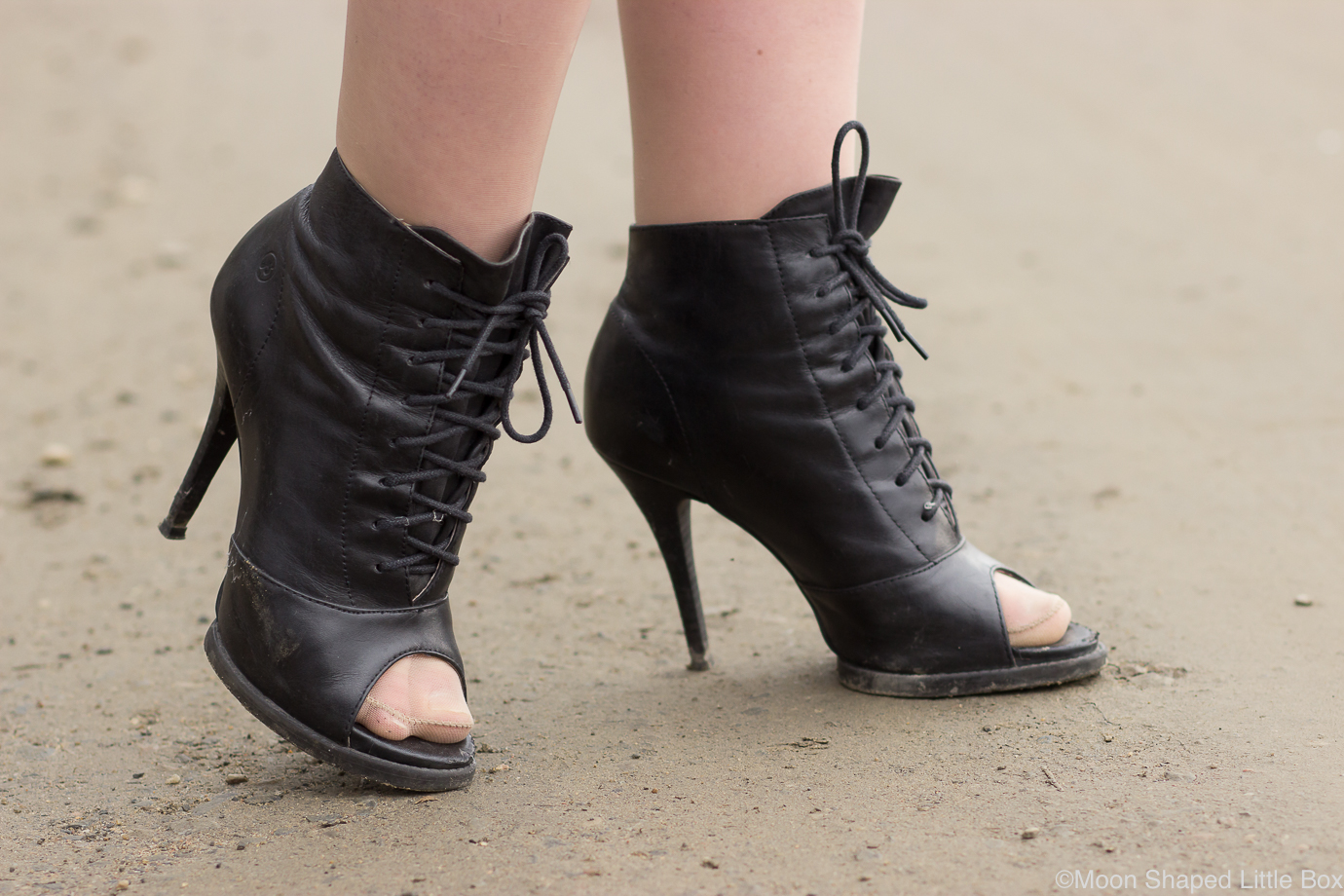 Bronx-kengat-mustat-avoimella-karjella