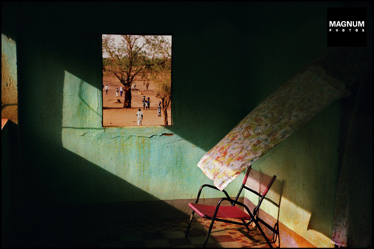 PAR15246 - Harry Gruyaert - Terrace of a local hotel - Town of Gao - Mali - 1988