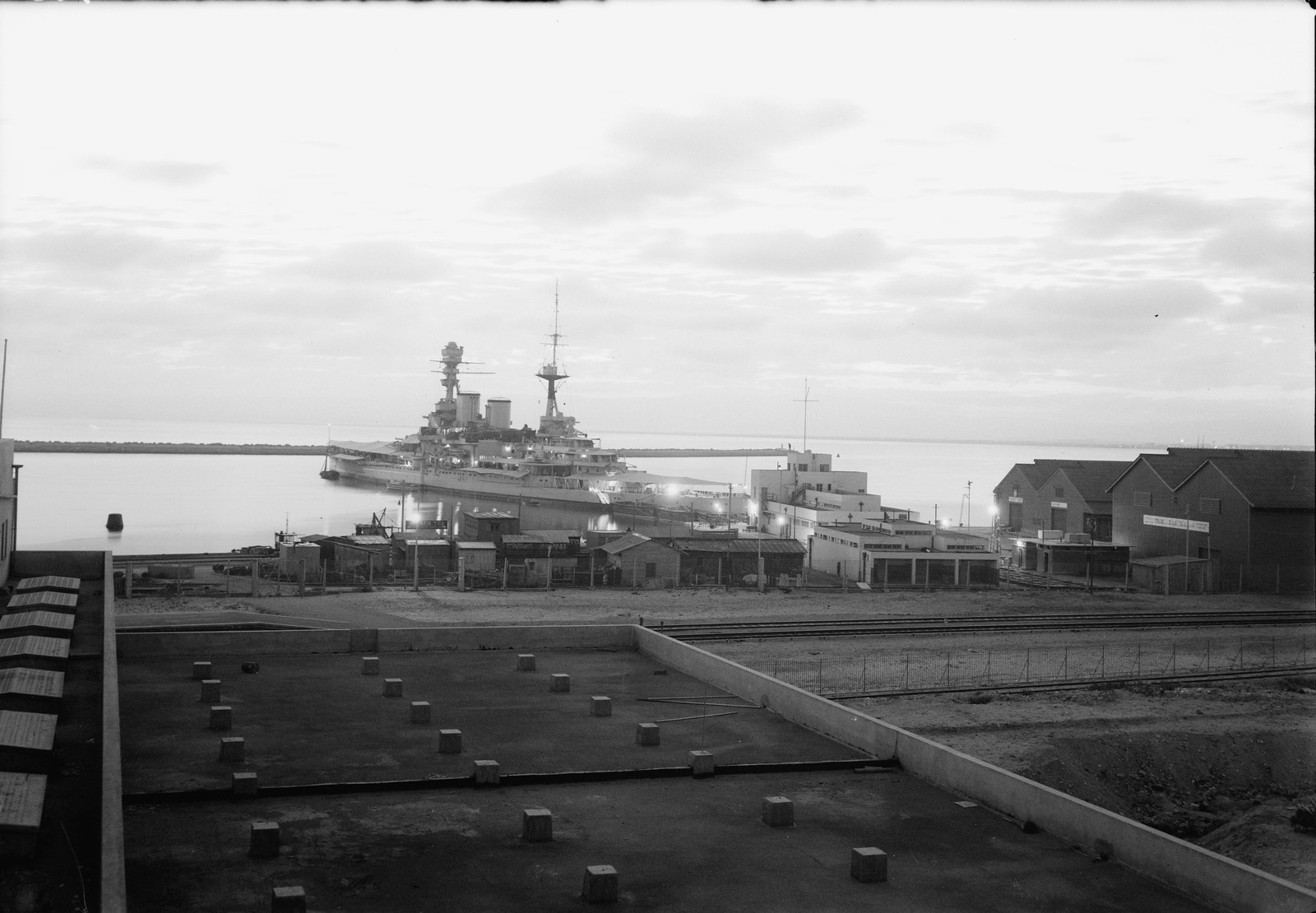 Хайфа. Крейсер HMS Repulse в гавани