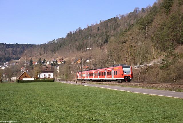 425 310 auf der Fahrt von Rottweil nach Stuttgart Hbf in Oberndorf-Aistaig am 31.03.14