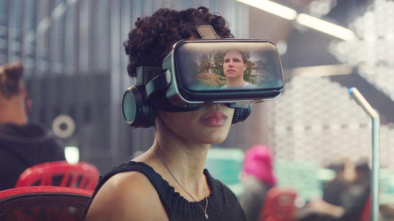 Nora y Nathan serie Upload con gafas de realidad virtual