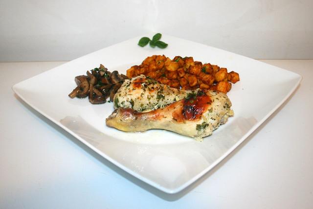 26 - Buttermilk garlic chicken with mushrooms & potato dices - Side view / Buttermilch-Knoblauch-Hähnchen mit Pilzgemüse & Kartoffelwürfeln - Seitenansicht