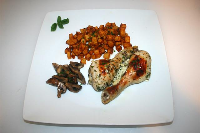 25 - Buttermilk garlic chicken with mushrooms & potato dices - Serviert / Buttermilch-Knoblauch-Hähnchen mit Pilzgemüse & Kartoffelwürfeln - Serviert
