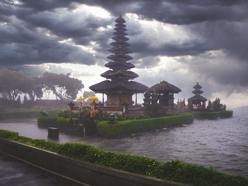 Jour de pluie sur Pura Ulun Danu Bratan... 49850852583_f96f42b9e3_b