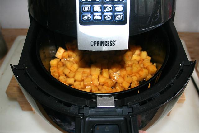 18 - Kartoffelwürfel in Air Fryer schieben / Put potato dices in Air Fryer