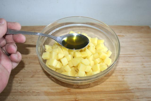 10 - Olivenöl zu Kartoffeln geben / Add olive oil to diced potatoes