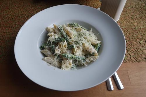 Penne mit grünem Spargel, Ricotta und Parmesan