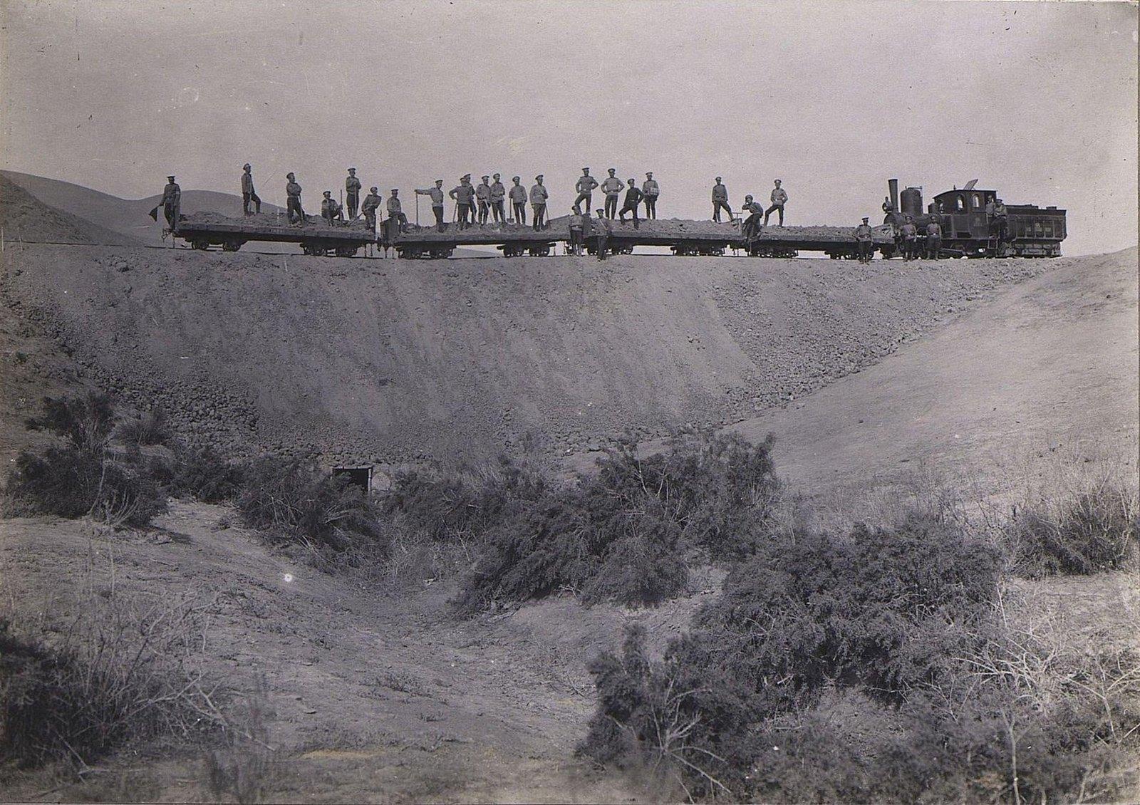 10. Локомотив с груженными платформами на насыпи