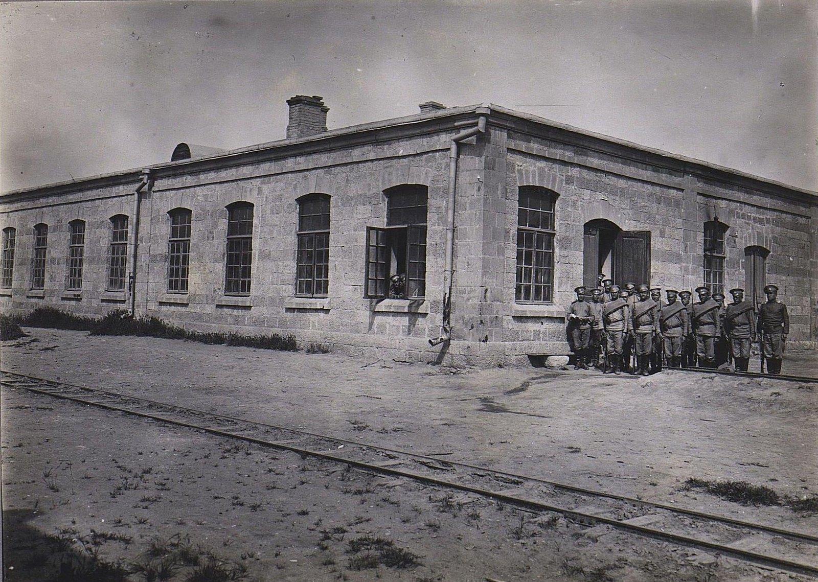 20. Взвод солдат у здания казармы