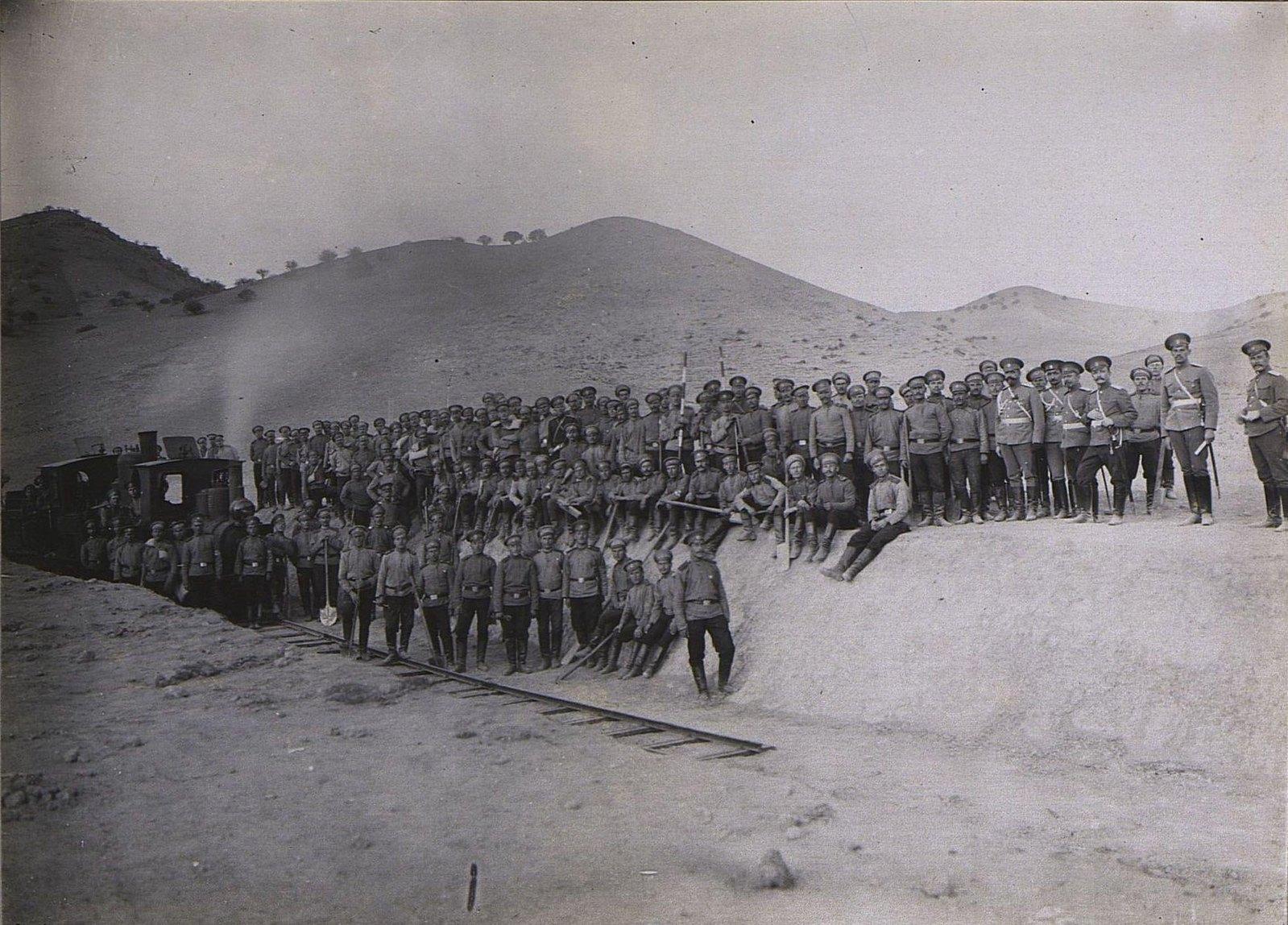 16. Отряд военных у локомотива