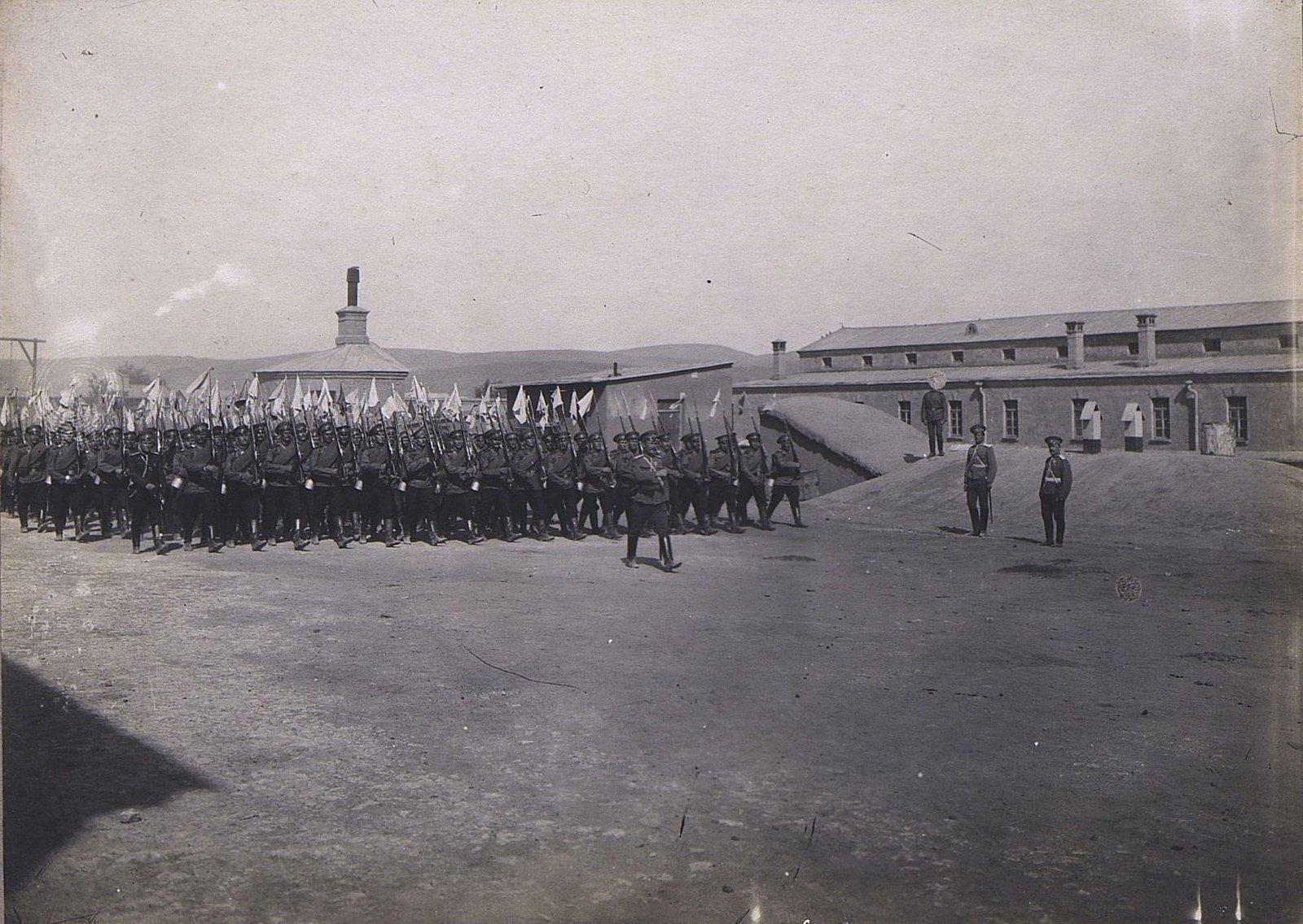 14. Отряд военных с флажками на штыках