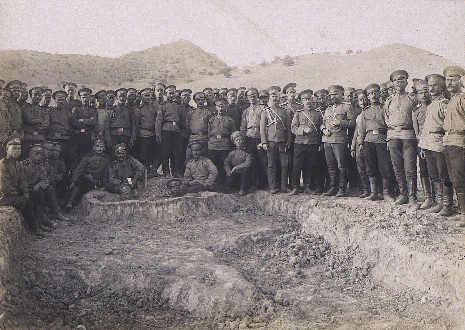 18. Группа военных на фоне гор