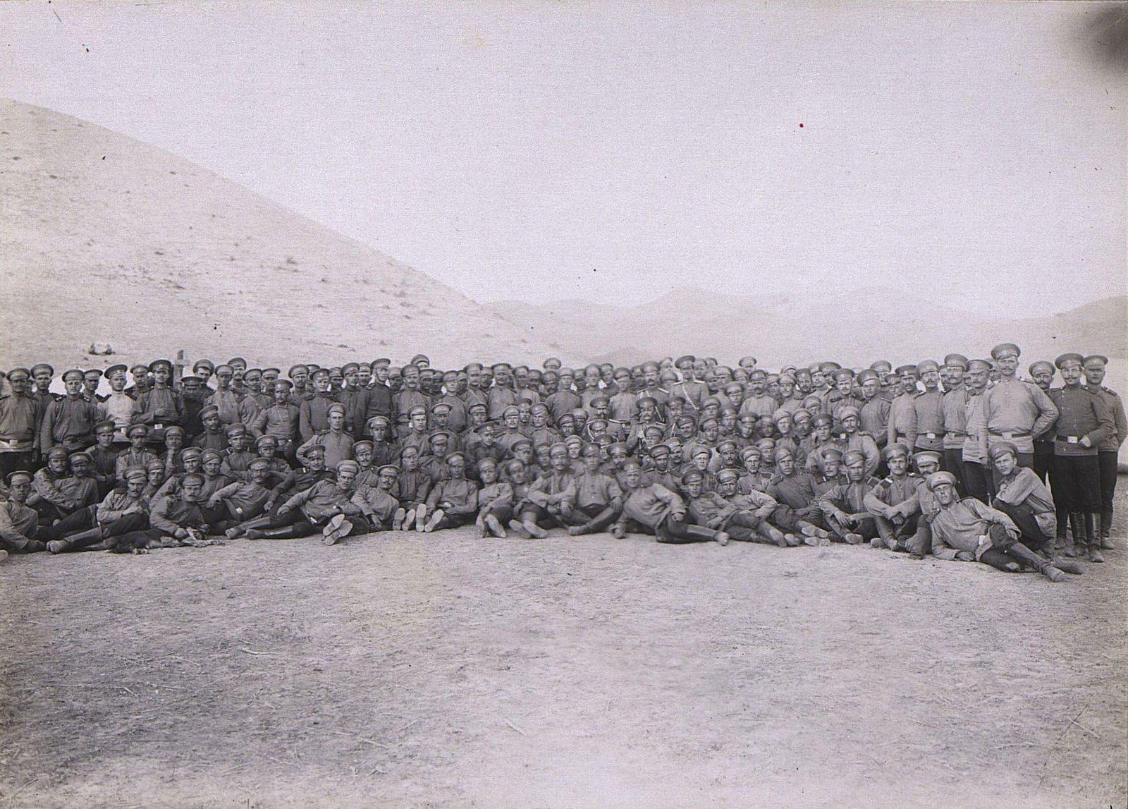 17. Группа военных на фоне гор
