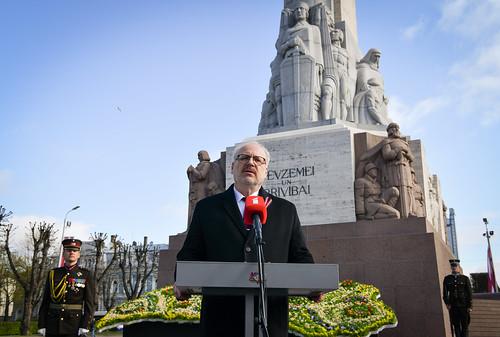 04.05.2020. Valsts prezidents Egils Levits noliek ziedus pie Brīvības pieminekļa un uzrunā sabiedrību Latvijas Republikas neatkarības atjaunošanas dienā