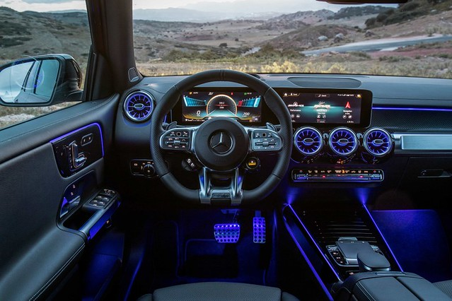 3. The all-new GLB的寬大座艙,全車系標配 MBUX 多媒體系統及雙 10.25 吋高解析度數位儀表板及中央觸控螢幕組合,一輛懂得聆聽你的5+2靈活休旅