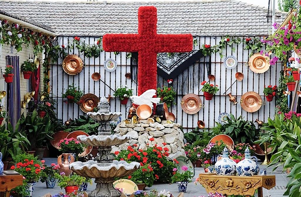 Cruz de mayo hecha con flores rojas